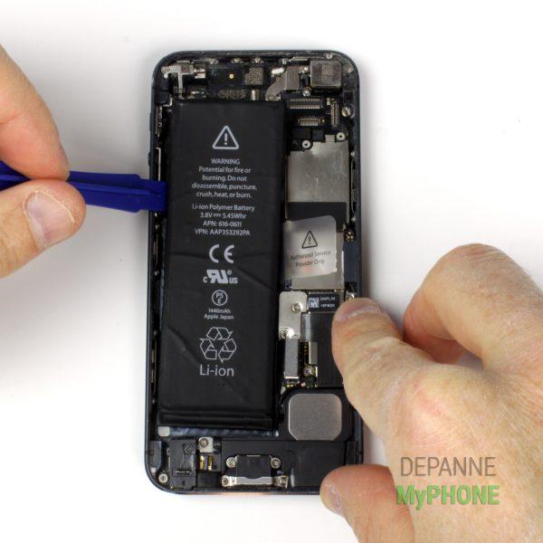 Décollage de la batterie avec le spudger