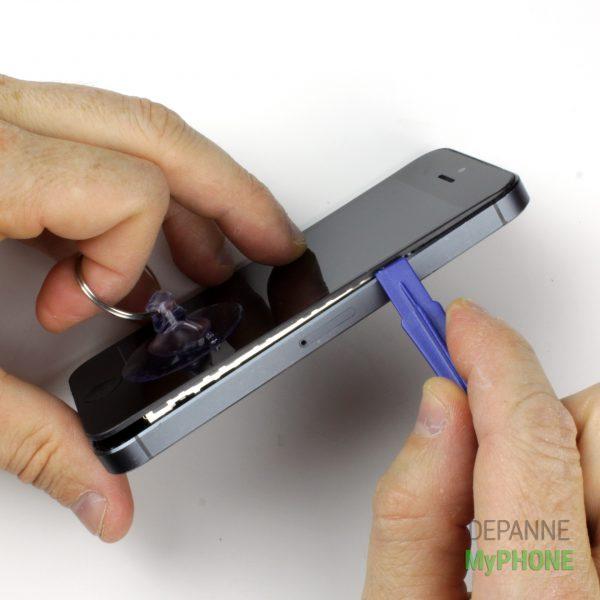 Utiliser le levier/spudger pour ouvrir le côté de l'écran de l'iPhone 5