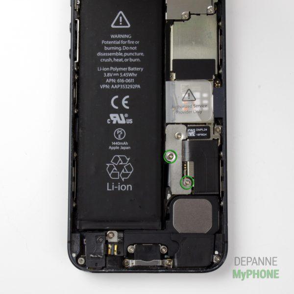 Retirer les vis du cache du connecteur de la batterie iPhone 5
