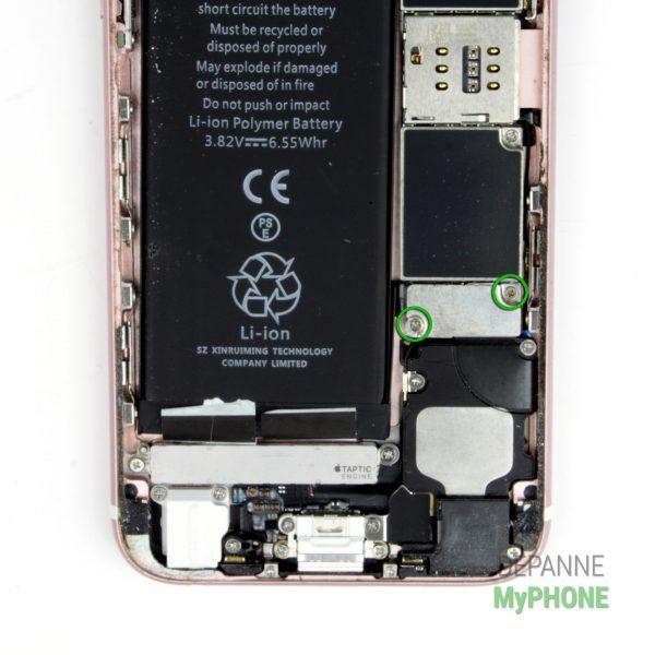 Retirer les vis du cache du connecteur de la batterie iPhone 6S