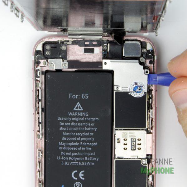 Retirez le cache renfermant les nappes de connexion de l'écran