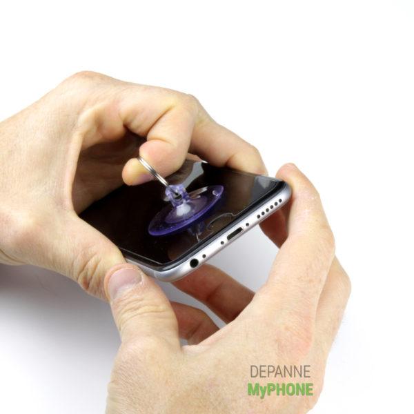 On ouvre l'écran de l'iPhone 6 avec la ventouse