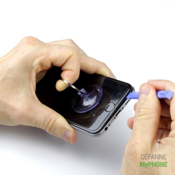 Utilisation du spudger pour ouvrir l'écran de l'iPhone 6