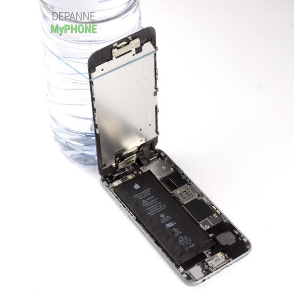 L'écran de l'iPhone 6 se maintient à 90 degrés d'ouverture grâce à une bouteille et un élastique