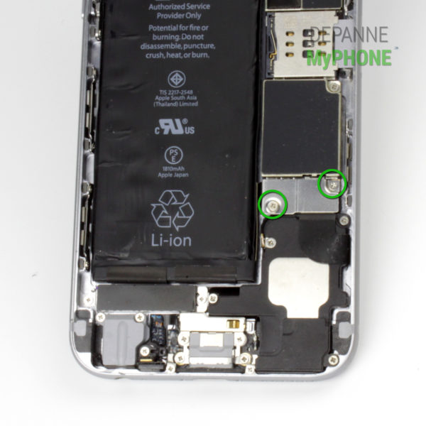 Etape 6 : Retrait des vis du cache connecteur de la batterie de l'iPhone 6