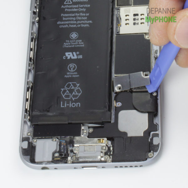 Retrait du cache connecteur de la batterie de l'iPhone 6