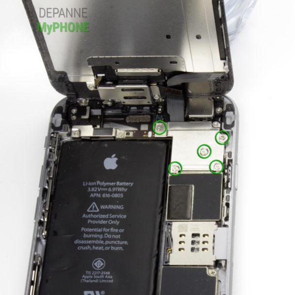 Retrait des vis du cache des nappes de l'écran de l'iPhone 6